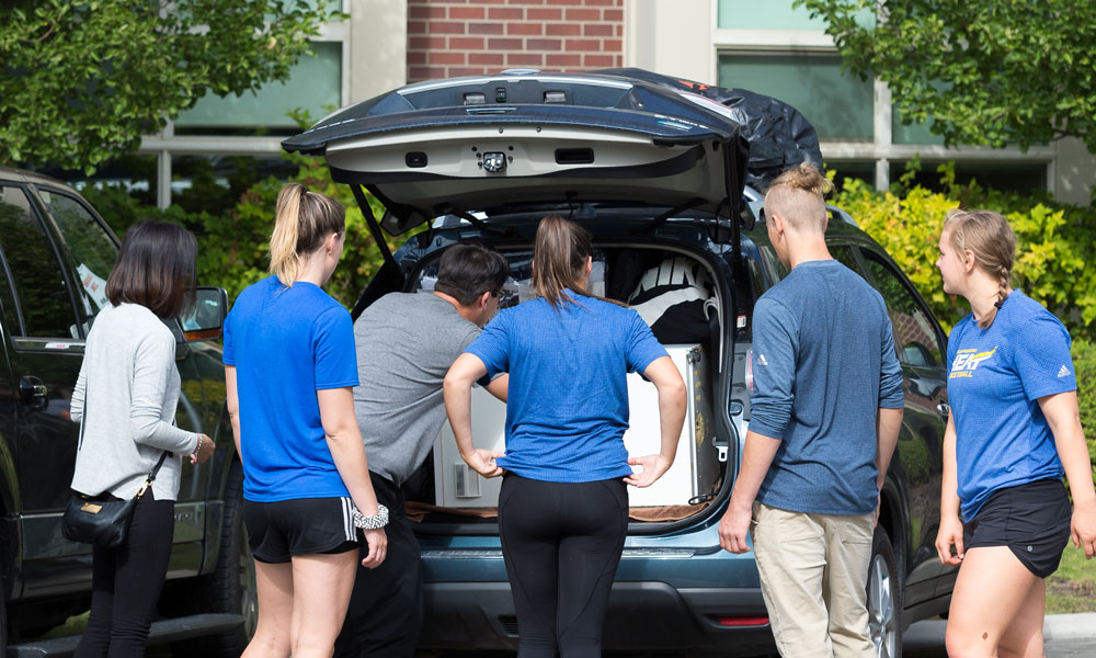 UBCO Heat athletes helping students on UBC Move In Day